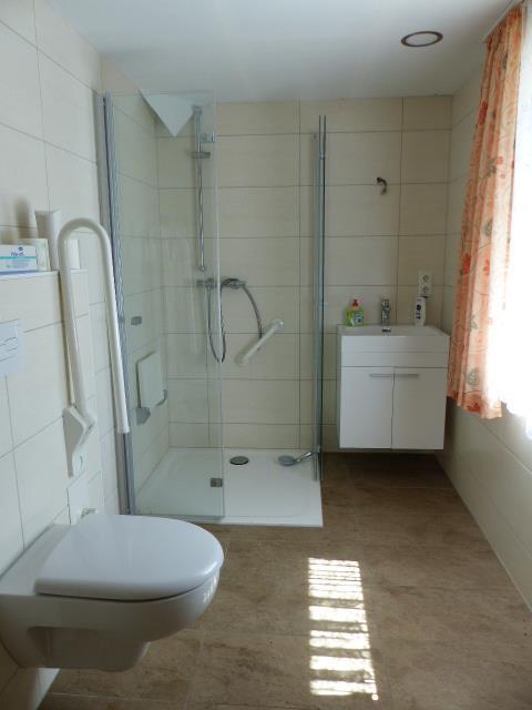 modernes Duschbad im EG