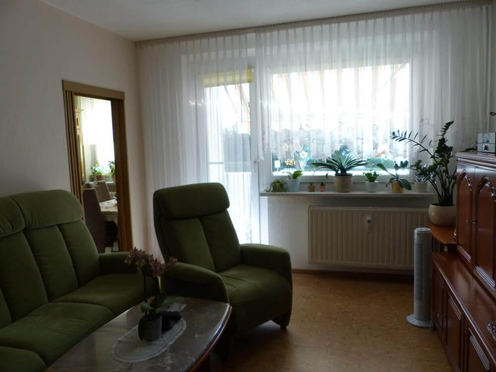 Wohnzimmer mit Tür z. Balkon